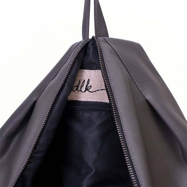 Delka bag elől cipzáros sötétszürke színű hátizsák